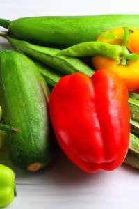 divers-legumes-colores-sur-table-en-bois-blanc_1387-497