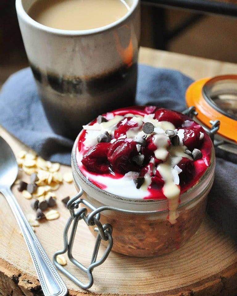 Porridge au cacao, un peu de yaourt coco et une compotée de cerises
