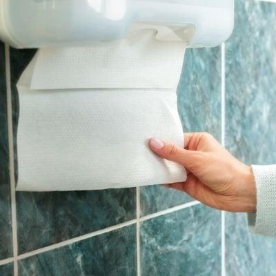 Une personne se servant du papier essuie-main