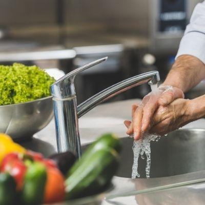 Un cuisinier se lavant les mains