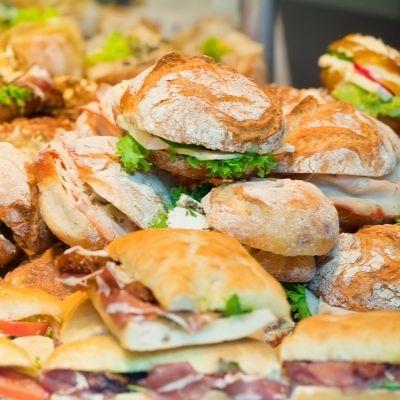 Plusieurs sandwiches sur une étale