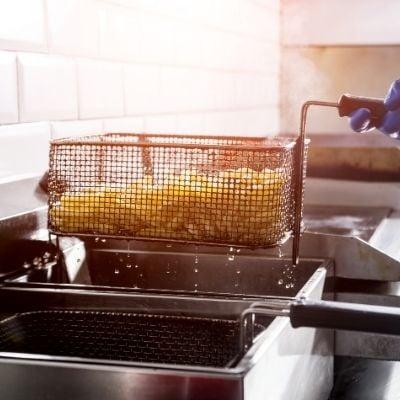 Panier à friteuse contenant des frites