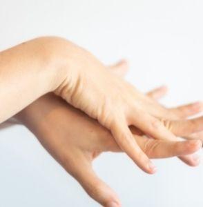 Personne se désinfectant les mains avec un gel hydroalcoolique